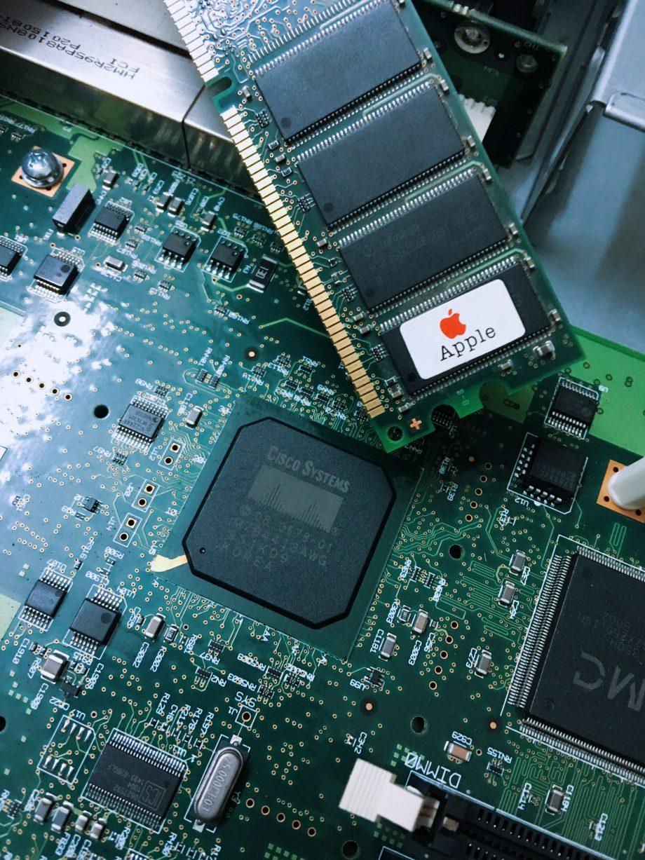 Cisco 2811 路由器内部细节赏析(2)内存上贴有 Apple 的标识