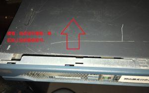 Cisco 2811 路由器拆解:接着,向后滑开盖板;最后向上抬起盖板即可