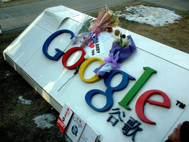 """谷歌发表声明后,有网民在谷歌中国总部 """" 非法献花 """""""